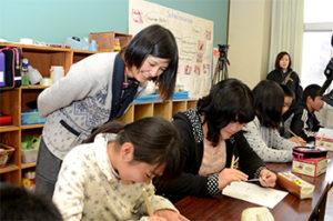 母校村上小学校で特別授業をする小松美羽さん