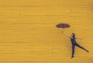 傘を使う女性のイメージ写真です