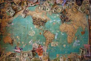 世界地図とお金の写真です