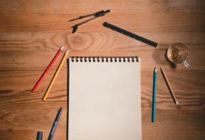 紙とペンのイメージ写真です