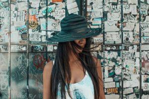 顔を隠した女性の写真です