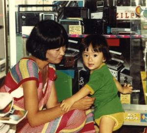 伊勢谷友介と母親の写真2