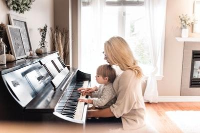 ピアノを弾く母と子